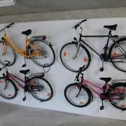 Vier Hängeparker 3510 mit eingehängten Fahrrändern